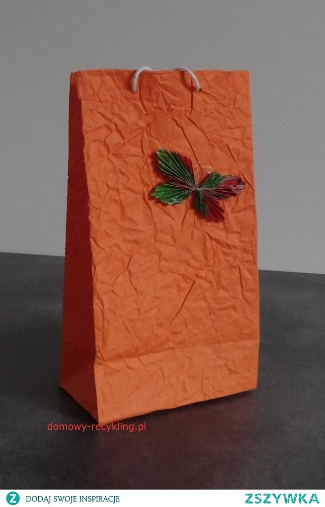 torebkę na prezent wykonałam z własnoręcznie zrobionego papieru dekoracyjnego i ozdobiłam motylkiem z gazetki reklamowej