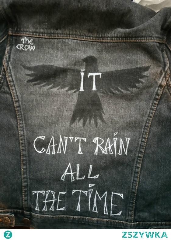 """Ręcznie napisany markerami do tkanin cytat z filmu """"Kruk"""" na podstawie komiksu James O'barr """"The Crow""""."""