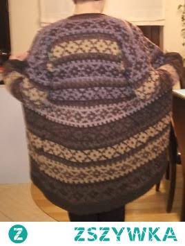 sweter na drutach robiony z resztek sprutych włóczek