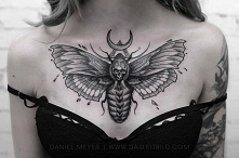 Tatuaż ćma na klatce piersi...