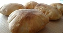 Chlebek pita. Chlebki pita są bardzo popularne w krajach Bliskiego Wschodu. Podczas pieczenia tworzą charakterystyczną kieszonkę. Po wystygnięciu przekrajmy je i wypełniamy fars...