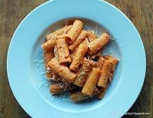 makaron ze śmietaną, pomidorami i pesto (rigatoni panna, pesto e pomodoro)