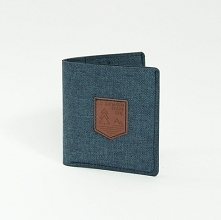 Lekki i cienki portfel z materiału Prosty i funkcjonalny portfel w kolorze zimnego grafitu z naszywką z ekoskóry. Największą zaletą portfela jest jego niewielki rozmiar po złoże...