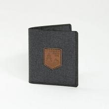 Lekki i cienki portfel z materiału Prosty i funkcjonalny portfel w kolorze ciepłego grafitu z naszywką z ekoskóry. Największą zaletą portfela jest jego niewielki rozmiar po złoż...