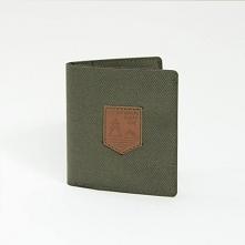 Lekki i cienki portfel z materiału Prosty i funkcjonalny portfel w kolorze khaki z naszywką z ekoskóry. Największą zaletą portfela jest jego niewielki rozmiar po złożeniu oraz n...