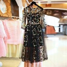 Sukienka, która idealnie nadaje się na przyjęcia, wesela i inne wydarzenia. Elegancka i zarazem bardzo subtelna. Dół sukienki jest rozkloszowany, posiada wszytą halkę. Całą zdob...