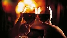 Kieliszek wina z ukochanym w ciepłym, domowym zaciszu ♥