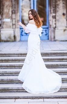 Długa suknia ślubna z trene...