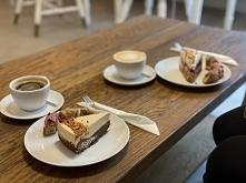 Zdecydowanie nie ma to jak kawa! A co dopiero kawa w towarzystwie przyjaciółki, pysznego ciastka i gratisowych pączków ❤️
