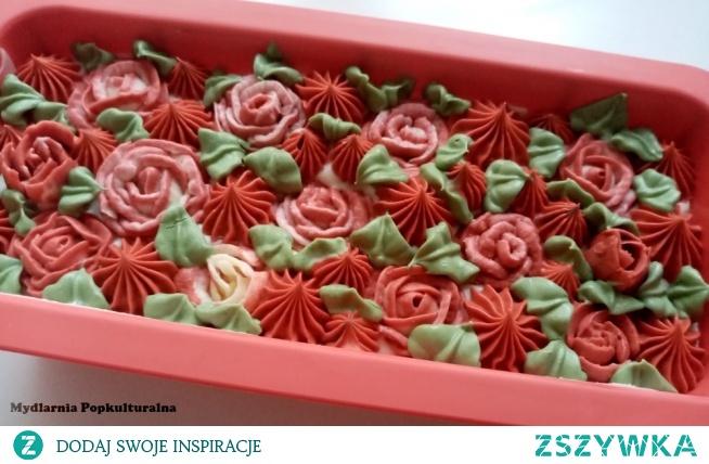 """Cudne, różane mydło zainspirowane postacią Królowej Serc z jednej z moich ulubionych książek """"Alicja w Krainie Czarów"""". Karciani słudzy nie zdążyli jeszcze przemalować wszystkich róż... :)"""
