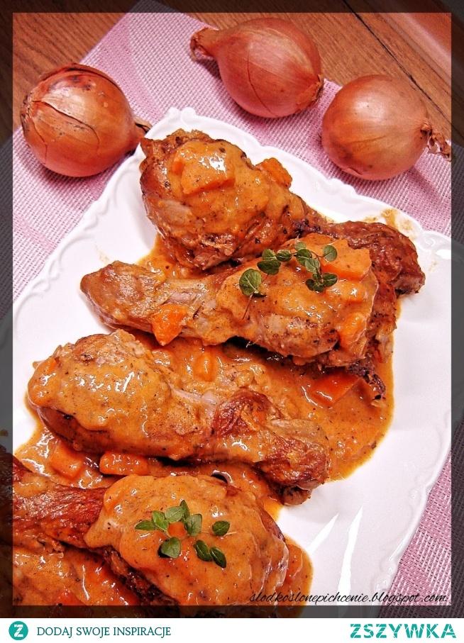 Pałki z kurczaka duszone w sosie marchewkowym