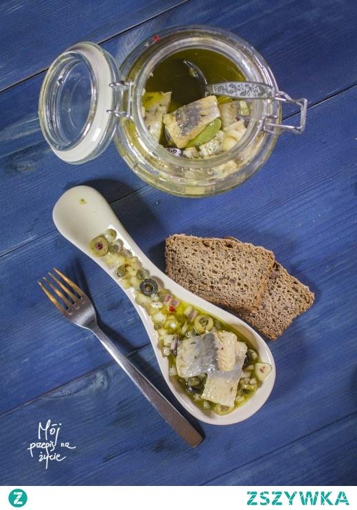 Śledzie w oliwie z kaparami i oliwkami -