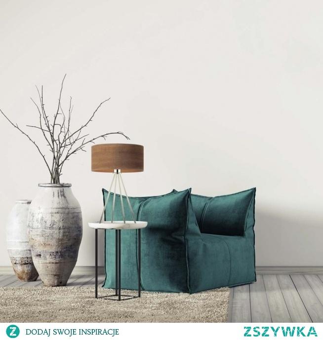 Oświetlenie stołowe SIERRA ECO znajdzie zwolenników w osobach, które cenią sobie klasykę z nutą nowoczesności. Subtelny abażur o strukturze forniru rewelacyjnie komponuje się z metalowym, designerskim stelażem. Taki rodzaj lampy doskonale odnajdzie się na komodzie w salonie, obok łóżka w sypialni czy też w pokoju dziecka. W każdym z pomieszczeń doda przyjemnego uroku oraz pozytywnej atmosfery, którą odczują wszyscy domownicy.  Lampa dostępna jest w 4 kolorach abażura: dąb bielony, dąb sonoma, orzechowy, kasztanowy. Oraz w 6 odcieniach stelaża: biały, srebrny, czarny, chrom, stal szczotkowana, stare złoto.
