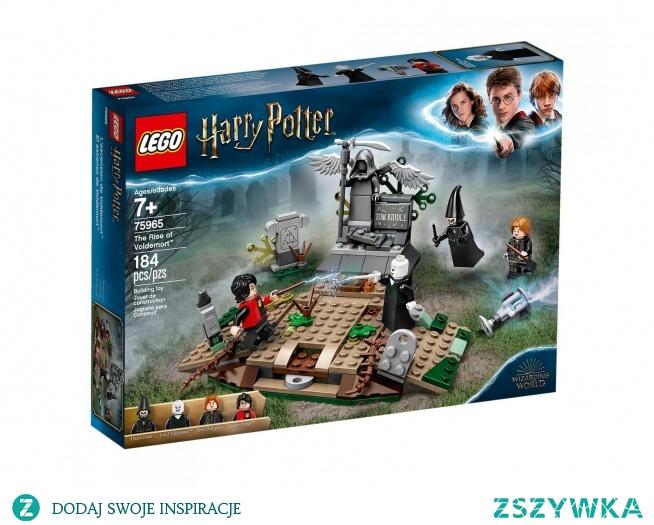 Lego 75965 Powrót Voldemorta to zestaw klocków przenoszących nas wprost w wiry wydarzeń najmroczniejszego momentu Turnieju Trójmagicznego. Harry po złapaniu pucharu przenosi się na spowite mgłą cmentarzysko, gdzie czyha na niego sam Voldemort w otoczeniu swoich śmierciożerców. Jak rozegra się akcja? Zależy tylko od Ciebie!