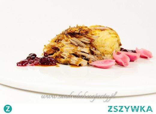Długo-pieczona łopatka z wieprzowiny, podana z zapiekanką ziemniaczaną, marynowaną cebulą i sosem żurawinowym