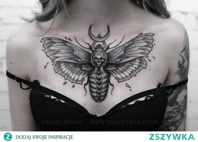 Tatuaż ćma na klatce piersiowej