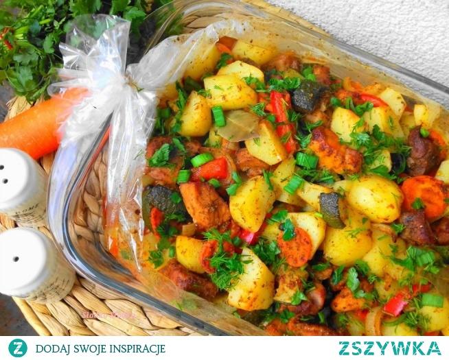 Obiad dla leniwych. Wystarczy wszystko pokroić i przyprawić, wrzucić w rękaw do pieczenia i obiad robi się sam. Mięso jest miękkie i soczyste a ziemniaki i warzywa aromatyczne.