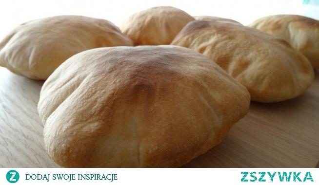 Chlebek pita. Chlebki pita są bardzo popularne w krajach Bliskiego Wschodu. Podczas pieczenia tworzą charakterystyczną kieszonkę. Po wystygnięciu przekrajmy je i wypełniamy farszem np. warzywami, mięsem typu kebab lub kurczak. Oczywiście nie może zabraknąć ostrych sosów! PYCHA!