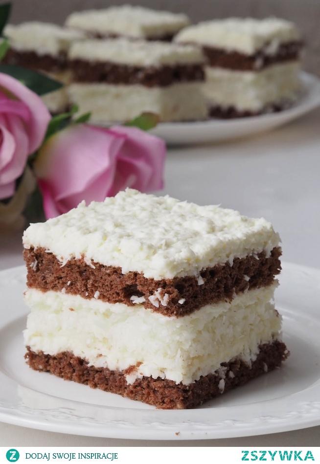 Ciasto kokosowe z bezą. Ciasto, którego wszystkie warstwy mocno przesycone są kokosem. Między dwoma częściami biszkoptu smaczna bita śmietana z niespodzianką - bezą kokosową.  Czaruje smakiem nie tylko od niedzieli.
