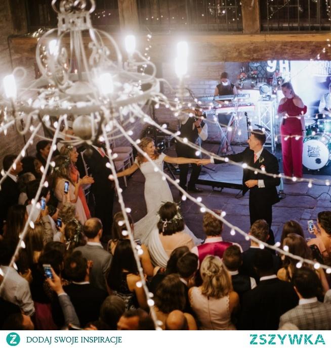 Poradnik doboru sukienki na wesele - co wypada, a co nie? - blog Mocem