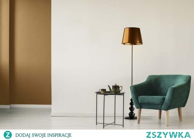 Lampa podłogowa LIZBONA MIRROR wyróżnia się przede wszystkim oryginalnym i designerskim wyglądem, który niewątpliwie wprowadzi niepowtarzalny design w pomieszczeniu. Lustrzany abażur w kształcie stożka zwieńczony jest metalowym stelażem, który ozdabiają 4 kule ułożone w kolejności od największej do najmniejszej co optycznie znacznie powiększa lampę. Do produkcji oświetlenia użyto tylko polskich komponentów co daje nam gwarancje jakości i długiego czasu użytkowania.  Lampa dostępna jest w dwóch kolorach abażura: złoty i miedziany oraz w czarnym kolorze stelaża.