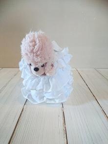Sprzedam zestaw maskotek Piesek pudelek, różowy, w torebce ChiChi Love  Torebka ma kilka plamek.  Stan: bdb-  Zapraszam do licytacji.  Licytacja bez ceny minimalnej.