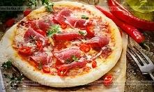 Pizza z salami i pomidorami