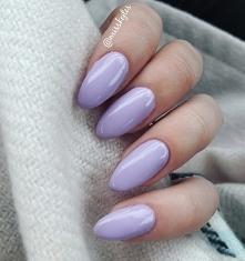 Delikatne pastelowe odcienie paznokci idealnie pasują do lżejszych stylizacji.