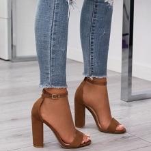 Brązowe sandałki idealnie współgrają z większością stylizacji.
