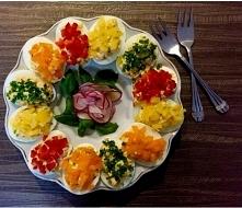 Przepis z: blogzapetytem.pl Jajka faszerowane. Kolorowe jajeczka faszerowane żółtym serem, szczypiorkiem oraz rzodkiewką- pięknie i smacznie zaprezentują się na świątecznym stol...