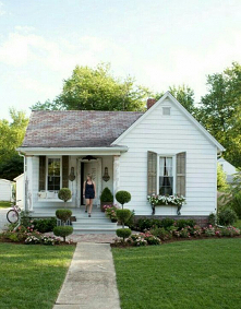 farmhouse front yard landsc...
