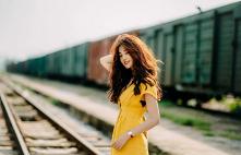 Ładna dziewczyna w żółtej sukience z instagrama