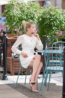 Białe sukienki są uniwersalne i ponadczasowe. Szczególnie lubimy po nie sięga...