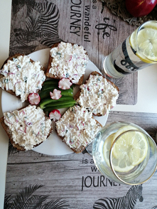 Śniadanie dla Dwójga, twarożek ze szczypiorkiem i rzodkiewką na żytnim pieczywie... Tak pięknie, wiosennie, a przede wszystkim zdrowo! Tak można zaczynać dzień!,