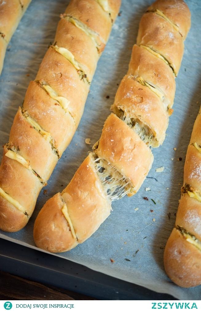 bagietki czosnkowe z ciągnącym się serem
