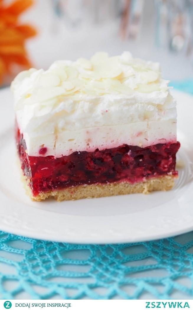 """Ciasto """"Malinowa chmurka"""". Ciasto, które wymaga poświęcenia mu trochę czasu i wysiłku, ale warte jest każdej minuty spędzonej przy nim. Złożone z kliku warstw: ciasta kruchego, galaretki z malinami, bitej śmietany i bezy znika szybko z talerza."""