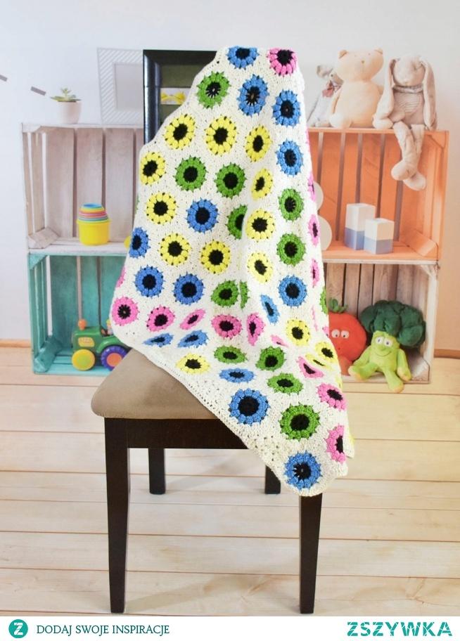 Kocyk dziecięcy.  Wykonany z przyjemnej w dotyku wełny, przędza Turecka 100% Acrylic.  Koc jest produktem wysokiej jakości - HandMade  Żywe kolory i oryginalne wzornictwo dodadzą pomieszczeniom uroku i oryginalności.  Kocyk może służyć jako przykrycie lub narzutka na łóżeczko dziecka.  Zalecenia:  Prać ręcznie w 30 st.C, suszyć w stanie rozłożonym, nie prasować.  Wymiary:  szer./dł. - 80cm/95cm