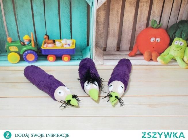 Zestaw trzech pluszowych kredek z buźkami  Opis:  Idealny sposób na nudę dla dziecka, gwarantują fantastyczną zabawę oraz mogą być wspaniałym, oryginalnym prezentem.  Jedyne w swoim rodzaju, zostały wykonane ręcznie, z dużą dokładnością i dbałością o detale. Wyjątkowa zabawka dla każdego dziecka.  Nieduże rozmiary pozwalają na zabawę nie tylko w domu, ale również w podroży lub na spacerze.  Mięciutkie, idealne do małych rączek dziecka. Można nimi rzucać, ściskać, przytulać bez obawy, że dziecko zrobi sobie krzywdę.  Idealnie nadają się również jako rekwizyt do sesji fotograficznych.  Zabawka zawiera miękkie wypełnienie antyalergiczne, tzw. kulka silikonowa posiadająca certyfikat OEKO-TEX STANDARD 100  Prać ręcznie poprzez ugniatanie w 30st.C lub przecierać wilgotną ściereczką.  Wymiary:  Dł.: 34cm;  Śr..: 22cm