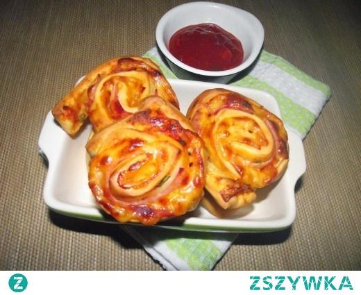 Zakręcone pizzerinki z żółtym serem i szynką