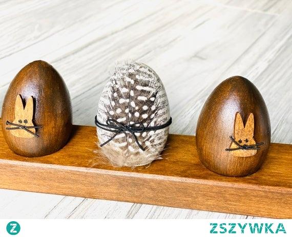 Handmade. Drewniane pisanki wielkanocne na  stojaku. Elegancki pomysł na wielkanocną dekorację.