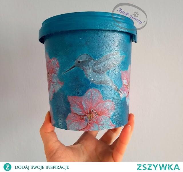 Dekoracyjne coś z niczego, czyli doniczka w technice decoupage, która powstała z plastikowego wiaderka (opakowanie po twarogu do sernika). :) Po szczegóły KLIKnij w zdjęcie lub zajrzyj na blog diy Adzik-tworzy.pl