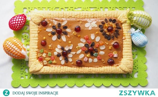 Mazurek z masą budyniową i kajmakiem. Mazurek to charakterystyczne ciasto podczas świat Wielkanocnych. Ciasto kruche w towarzystwie  jedwabistej masy budyniowej zwieńczonej masą krówkową. Troszeczkę dekoracji i możemy w łatwy sposób wyczarować coś bardzo dobrego na stół.