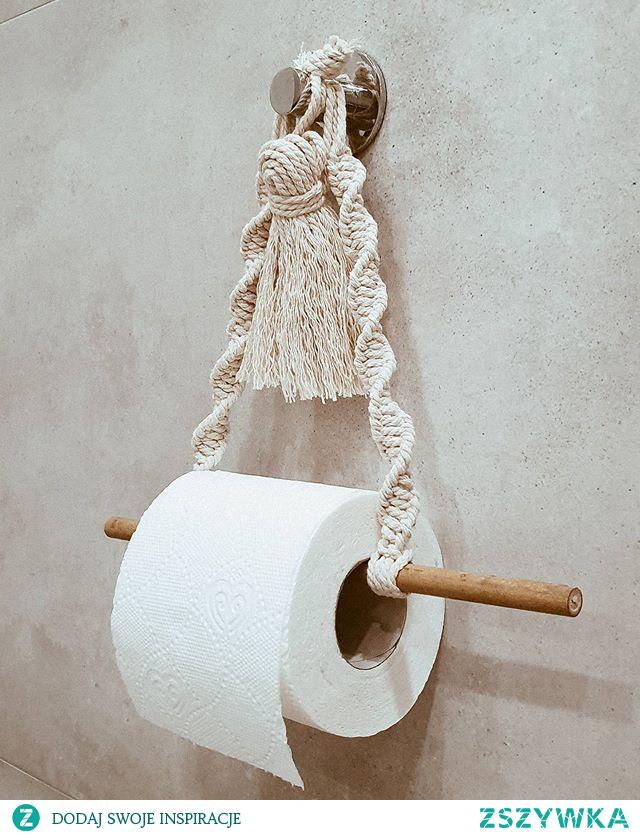 Z powodu braku uchwytu na papier toaletowy u mnie w mieszkaniu – zrobiłam makramowy uchwyt.