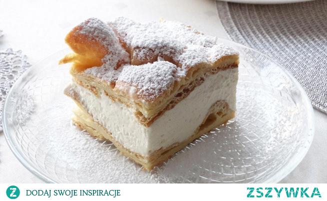 Karpatka z kremem z bitej śmietany. Karpatka to jedno z bardziej znanych ciast. Dwa płaty ciasta parzonego połączonego kremem z bitej śmietanki. Ciasto proste w wykonaniu i w smaku, ale przez to zachwycające. Tak jak Karpaty są ozdoba Polski tak i Karpatka może być ozdobą niejednego popołudnia.