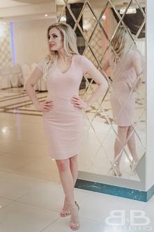 Klasyczna, krótka, dopasowana sukienka mieniąca się brokatem. Dostępna w modn...