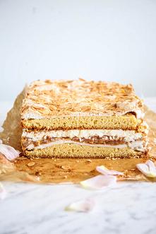 Kostka z rabarbarem - delikatne ciasto z bezowo-migdałowym wykończeniem, przełożone rabarbarowym musem i śmietankową masą z mascarpone