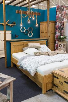 drewniane półki, lampy sznu...