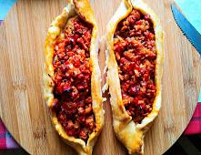 Przepis na tureckie pide z mięsem mielonym, papryką i pomidorami. Pide - to tradycyjna turecka pizza. Tu pokażę Wam jak zrobić tureckie pide krok po kroku.