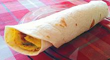 Śniadaniowe wrapy lub burrito z omletem. Prosta tortilla z omletem — dobry pomysł na białkowe śniadanie z jajek na szybko. Weźcie wrapy ze sobą do pracy.