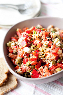 Sałatka z pomidorami, tuńcz...
